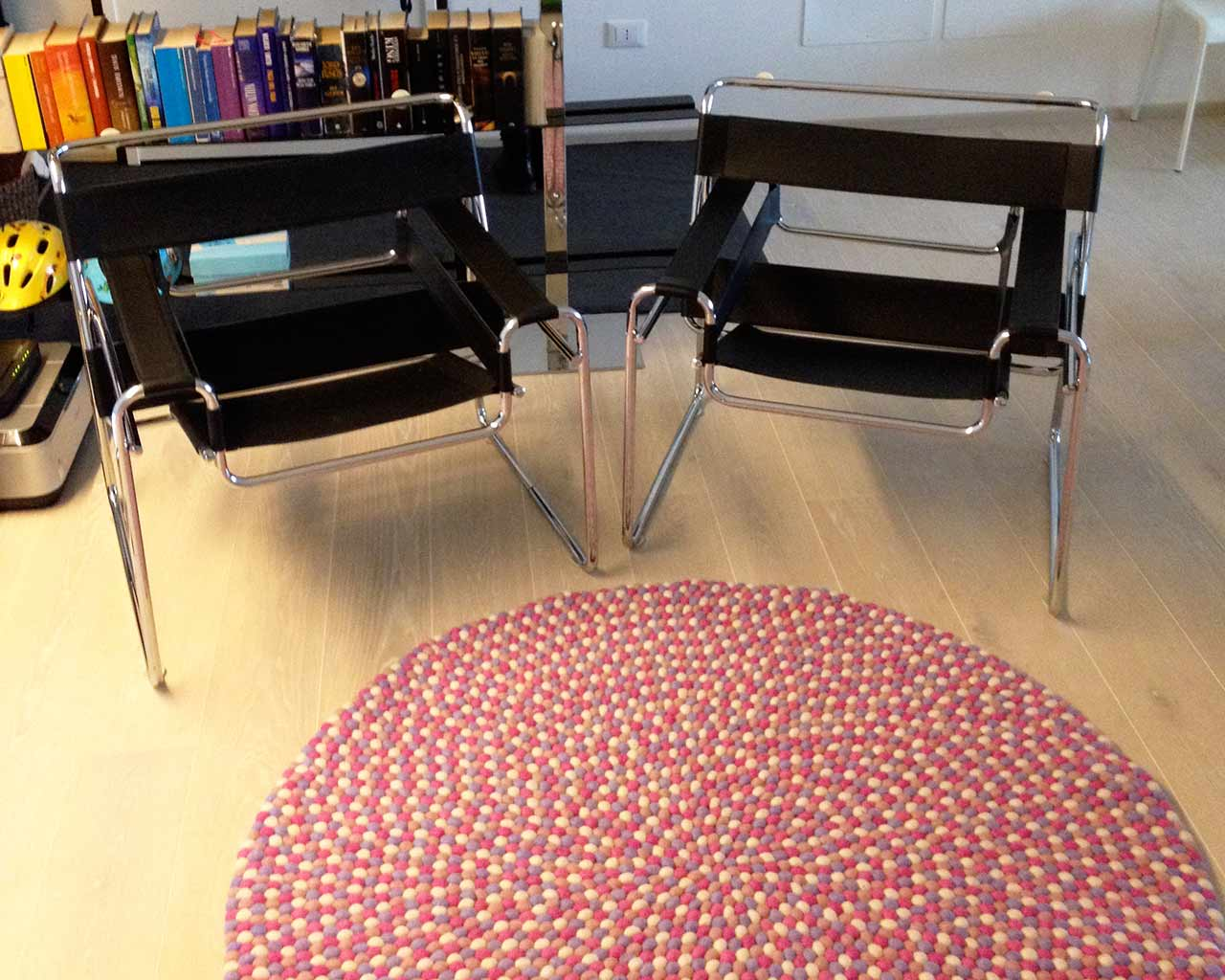 design rug living room salon two black chairs